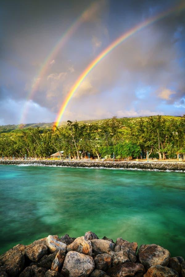 Dubbele regenboog door de kust stock fotografie