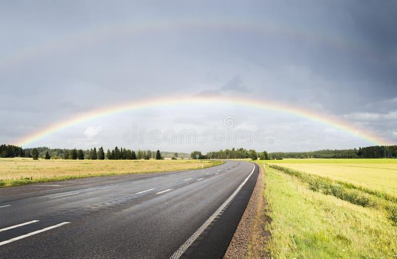 Dubbele regenboog over de weg royalty-vrije stock fotografie