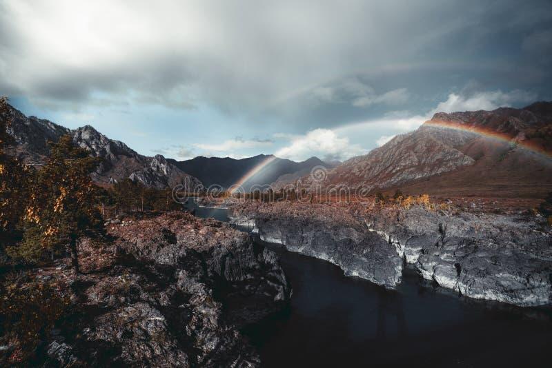 Dubbele regenboog over een bergrivier royalty-vrije stock foto