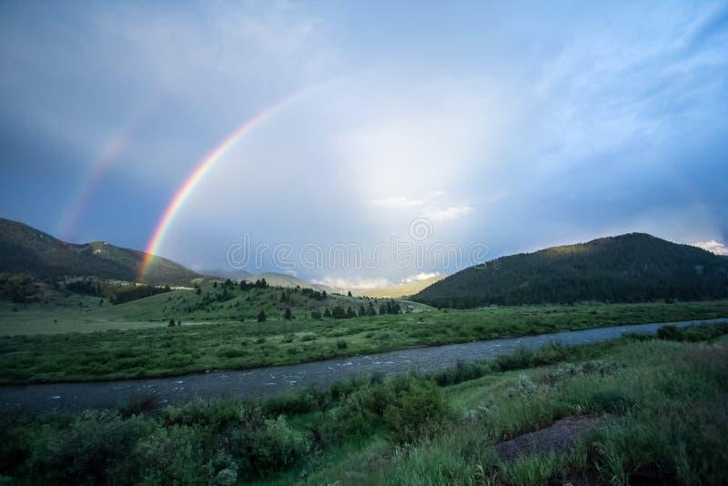 Dubbele regenboog over Gallatin Rivier, Montana royalty-vrije stock foto