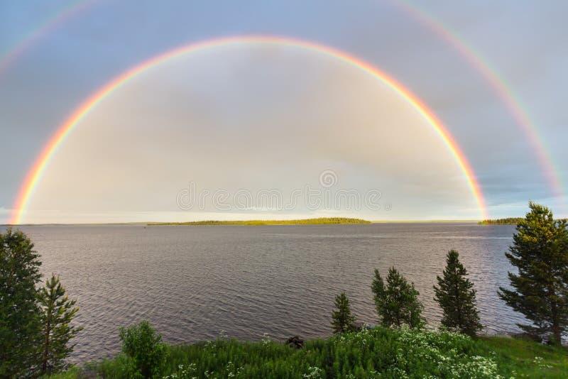 Dubbele regenboog over het meer royalty-vrije stock afbeelding