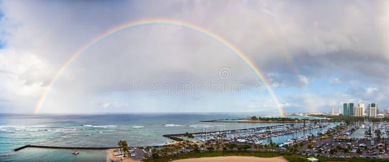 Dubbele Regenboog over Honolulu, Hawaï stock fotografie