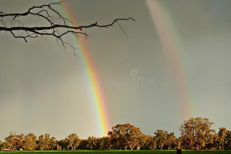 Dubbele Regenboog over Mijn Huis stock afbeelding