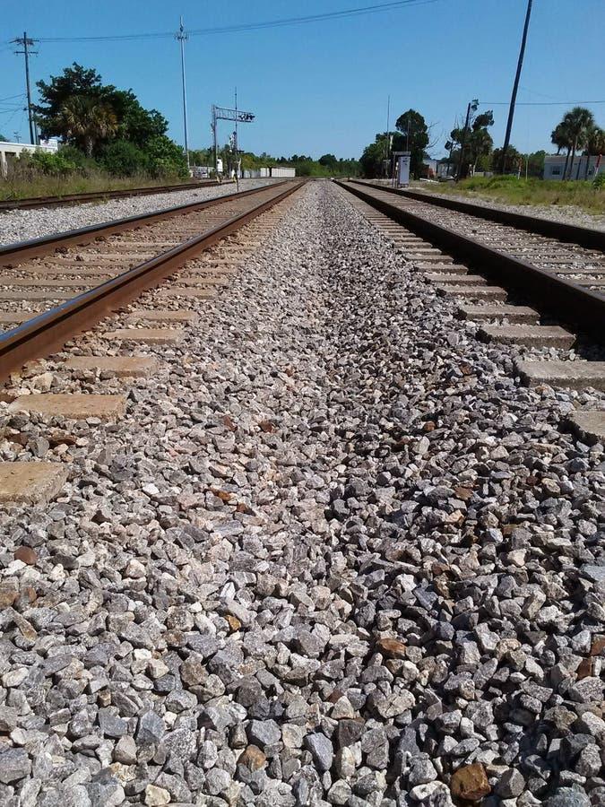 Dubbele spoorwegsporen aan nergens stock foto