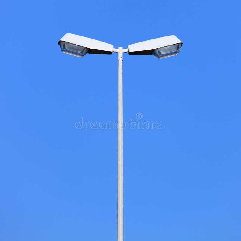 Dubbele straatlantaarnpost op blauwe hemelachtergrond royalty-vrije stock fotografie