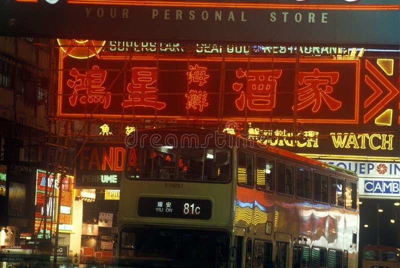 Dubbele van het dekbus en neon tekens in bedrijfsdistrict van Hong Kong bij nacht royalty-vrije stock foto