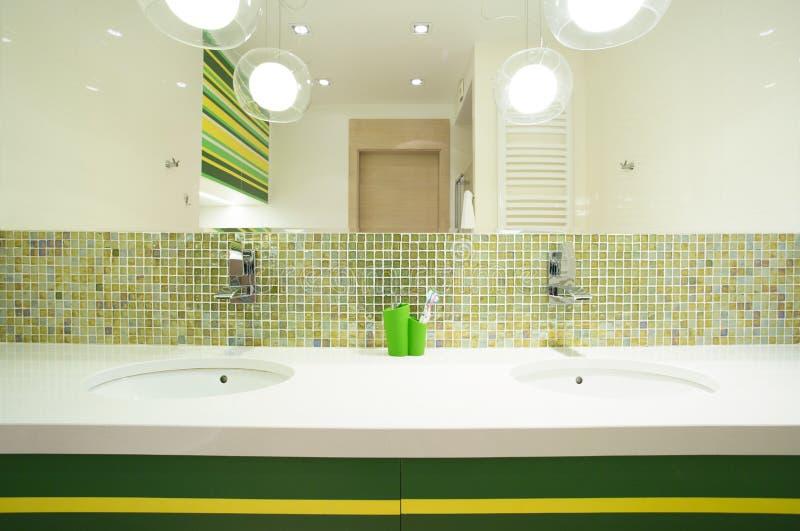 Dubbele wasbak in modern huis royalty-vrije stock foto