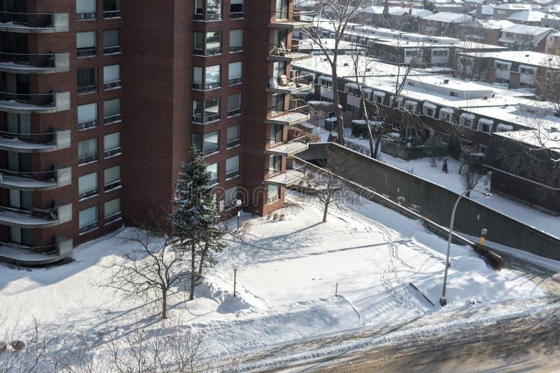 Dubbelsidiga byggnader med enorma fönster och balkonger i Montreal royaltyfri foto