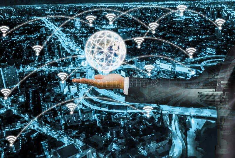 Dubbelt exponering-affärsman hålljordklot på händer, med smart stad digitala 4 0 och snabbt och exakt snabbt 5G system, internet fotografering för bildbyråer