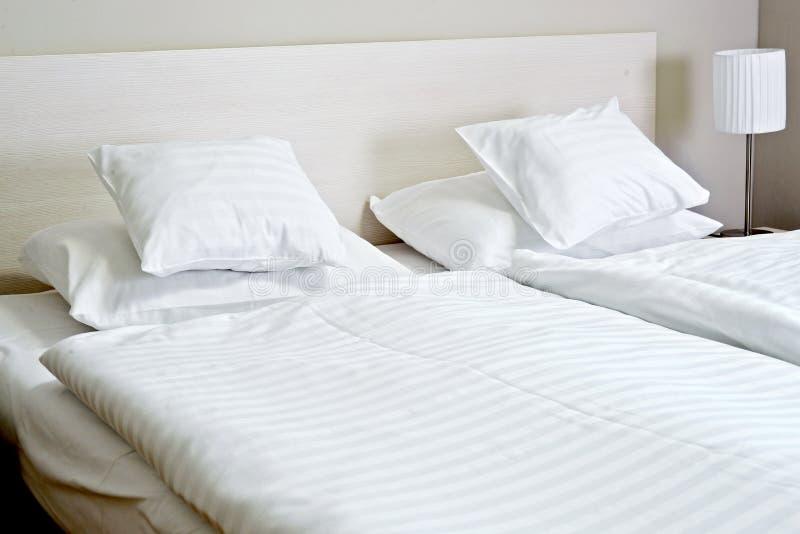 dubbelt hotellrum för underlag medföljda royaltyfria foton