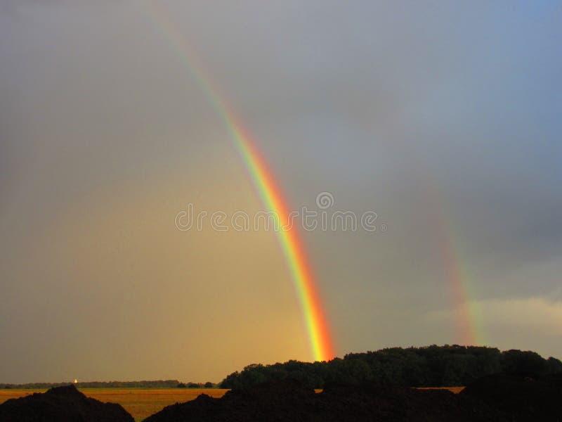 Dubbelt regnbågeöverblicklandskap arkivbilder