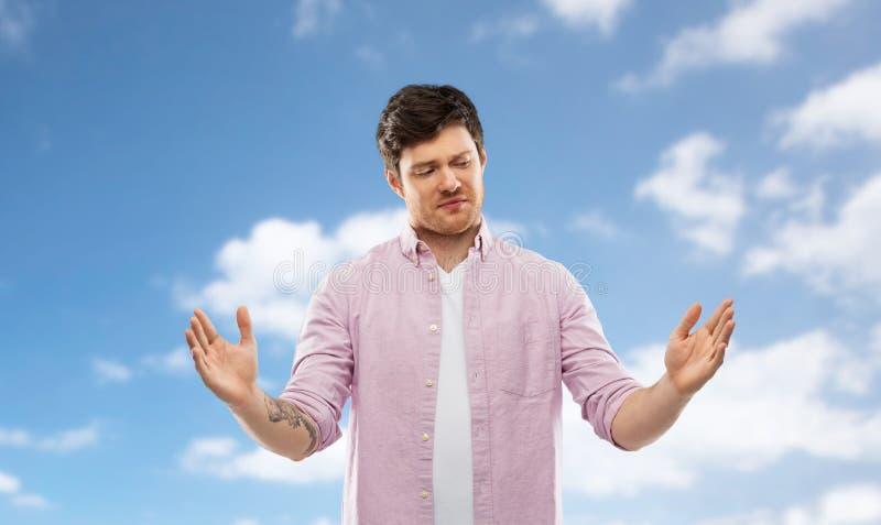 Dubbio della dimensione di rappresentazione dell'uomo di qualcosa sopra il cielo fotografie stock libere da diritti
