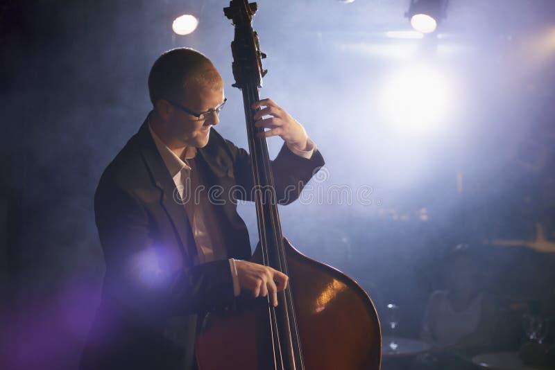 Dubbla Bass Player On Stage royaltyfria bilder