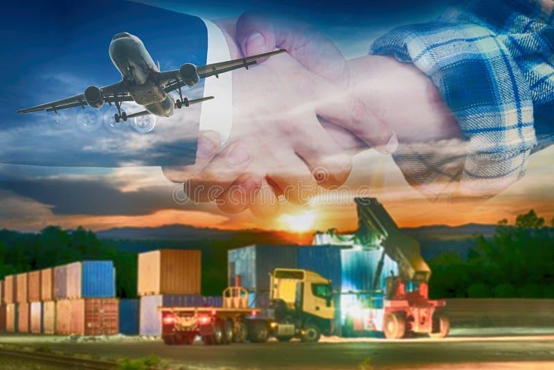 Dubbla expotureaffärshänder som skakar med behållaren, åker lastbil päfyllning i sändningsport och frakter royaltyfria bilder