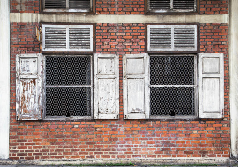 Dubbla fönster för antikvitet arkivbild
