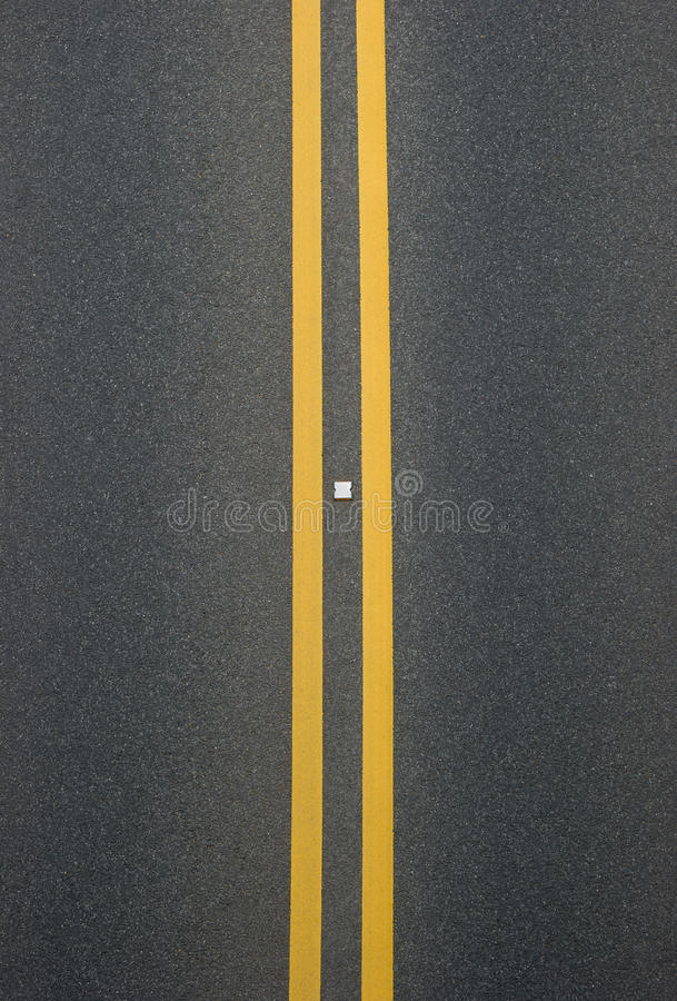 Dubbla gula linjer avdelare royaltyfria foton