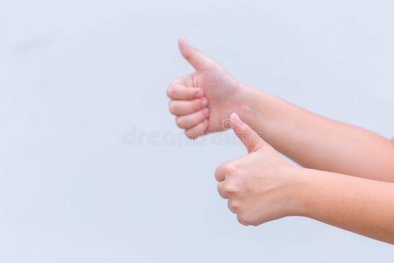 Dubblera som handen med tumme två upp för mycket bra royaltyfri foto
