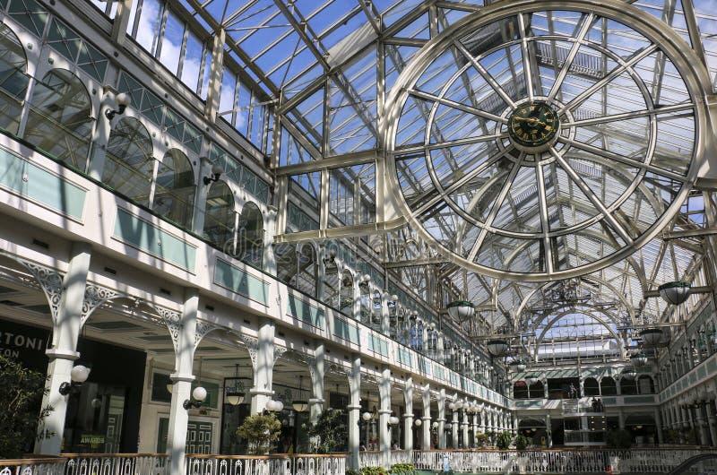 DUBLÍN, IRLANDA - 10 DE AGOSTO DE 2015: Centro comercial del verde interior de StStephen, Grafton Street, el hacer compras más pr foto de archivo