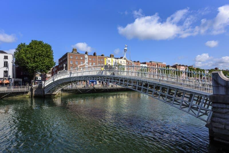 DUBLÍN IRLANDA - 25 DE AGOSTO DE 2018: Puente del medio penique a través del río de Liffey foto de archivo