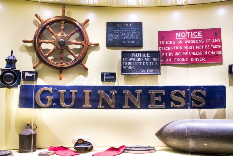 DUBLÍN, IRLANDA - 7 DE FEBRERO DE 2017: Muestre los equipos marinos dentro del almacén de Guinness Guinness es imagen de archivo