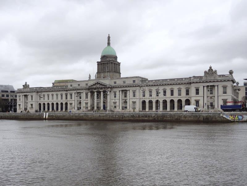 Dublin avec le bureau de douane photographie stock libre de droits