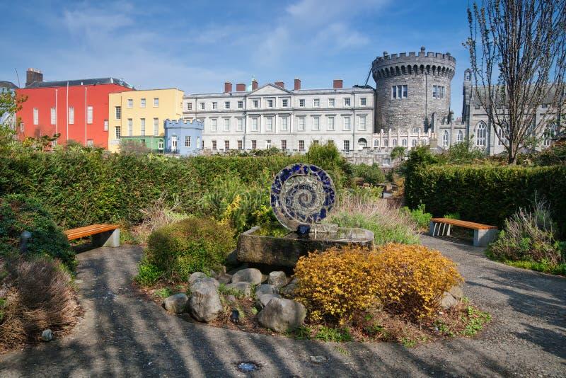 Dublin Castle från Dubh Linn Gardens arkivfoto