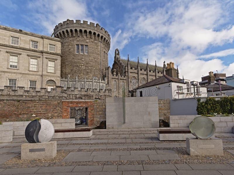 Dublin Castle sikt från den minnes- trädgården för Garda SÃochà ¡ na, Dublin arkivbild