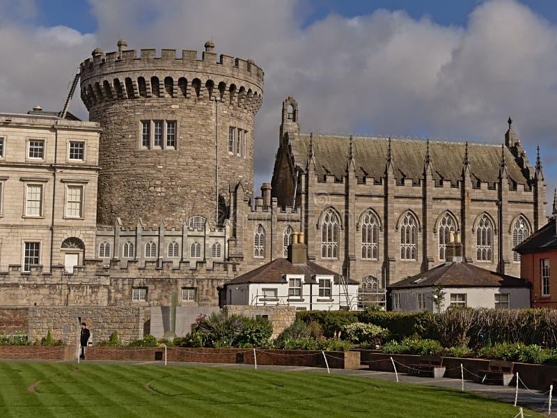 Dublin Castle sikt från trädgården, Irland arkivbild