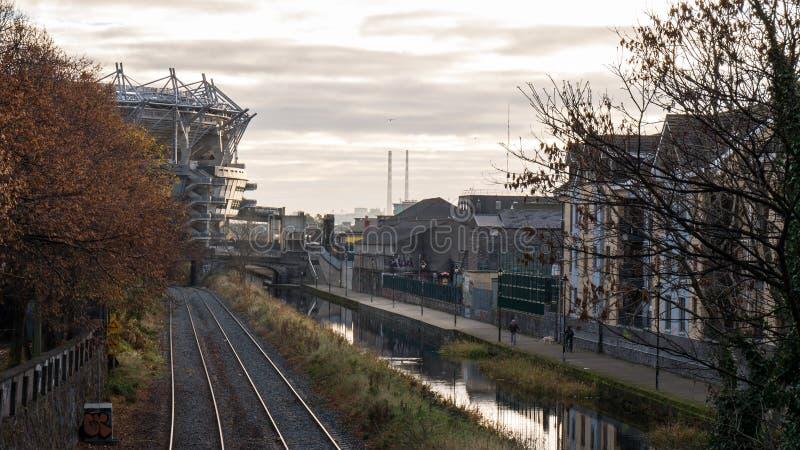 Dublin Cityscape - Koninklijk Kanaal, Croke-Park en Poolbeg-Schoorstenen stock foto's