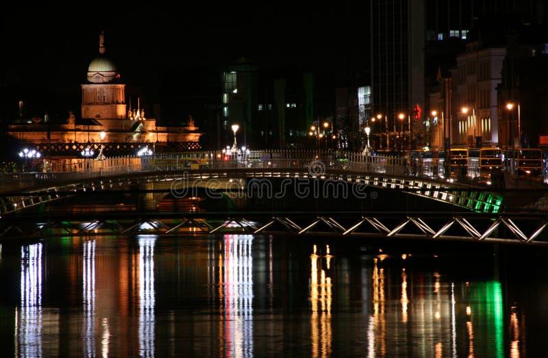 Dublin dans la nuit image stock