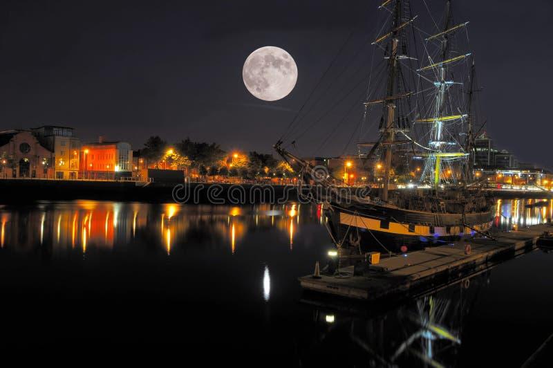 Dublin fjärd på natten arkivfoto