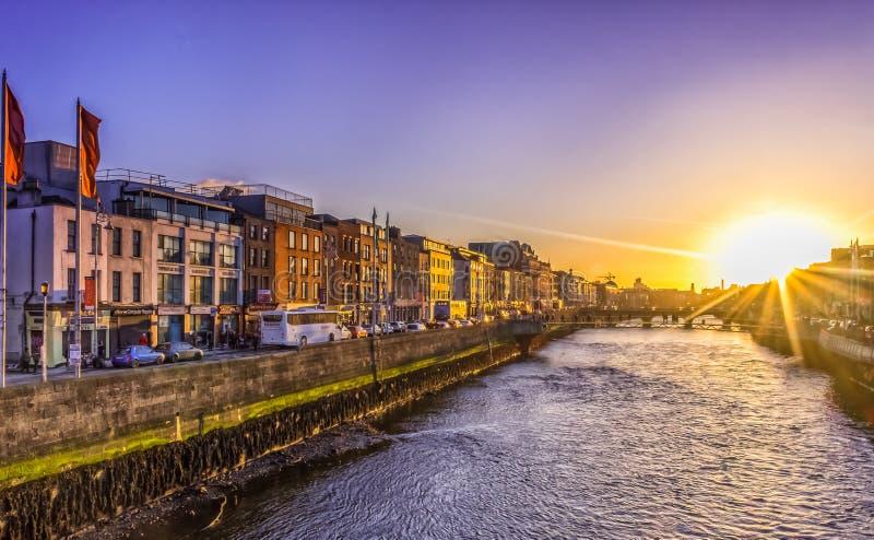 Dublin-flod Liffey solnedgång royaltyfri bild