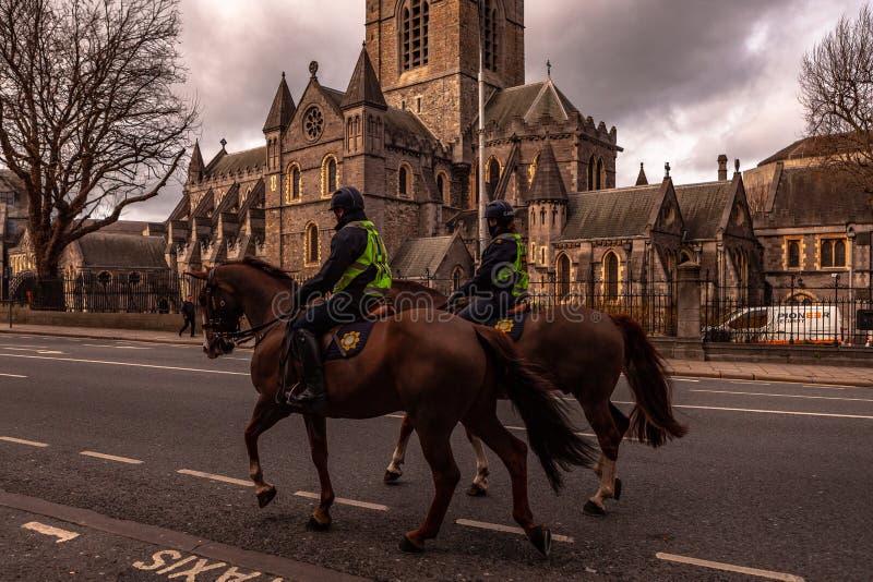 """Dublin, Ierland †""""Maart 2019 Politieagent op de paarden van de menigtecontrole dichtbij aan de Kerkkathedraal van Christus in D royalty-vrije stock afbeeldingen"""