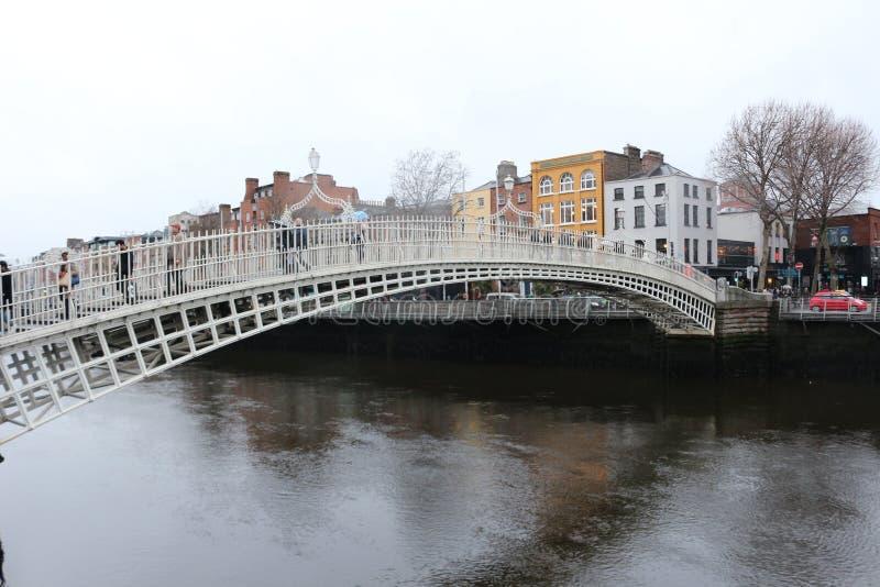 DUBLIN IERLAND, 18TH FEBRUARI 2018: De REDACTIEfoto VAN de beroemdste brug in Dublin riep Halve stuiverbrug aan gepast stock foto's