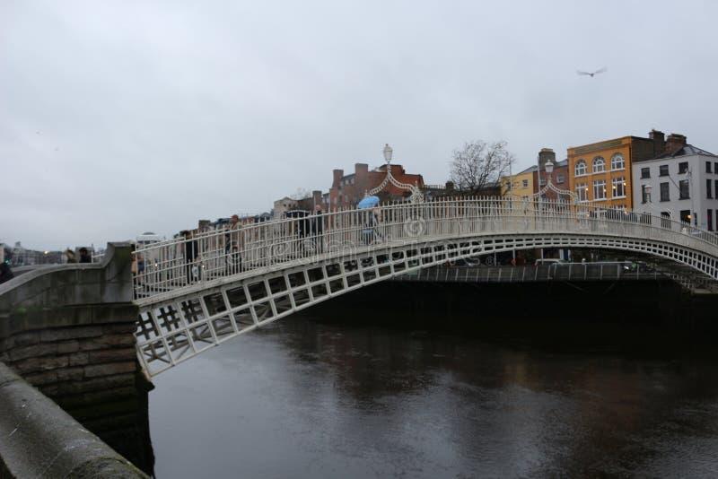 DUBLIN IERLAND, 18TH FEBRUARI 2018: De REDACTIEfoto VAN de beroemdste brug in Dublin riep Halve stuiverbrug aan gepast royalty-vrije stock afbeelding