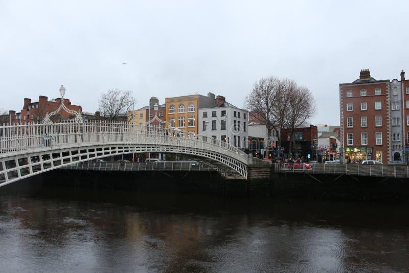 DUBLIN IERLAND, 18TH FEBRUARI 2018: De REDACTIEfoto VAN de beroemdste brug in Dublin riep Halve stuiverbrug aan gepast royalty-vrije stock fotografie