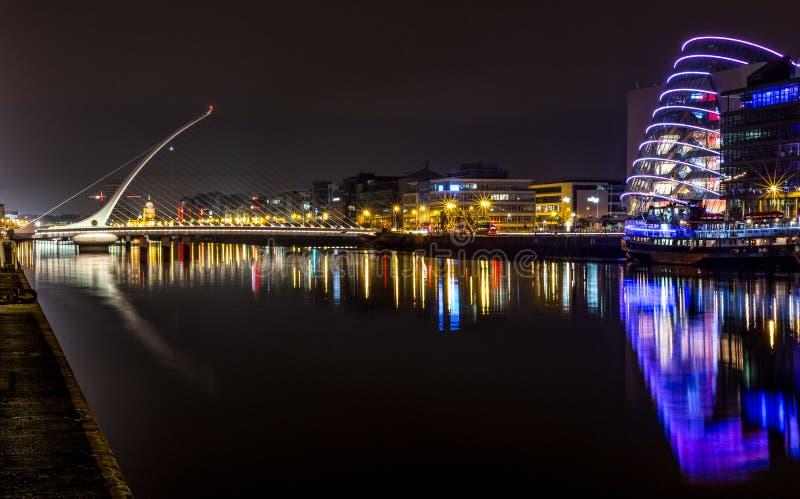 Dublin Ireland River Liffey nachts lizenzfreie stockfotografie