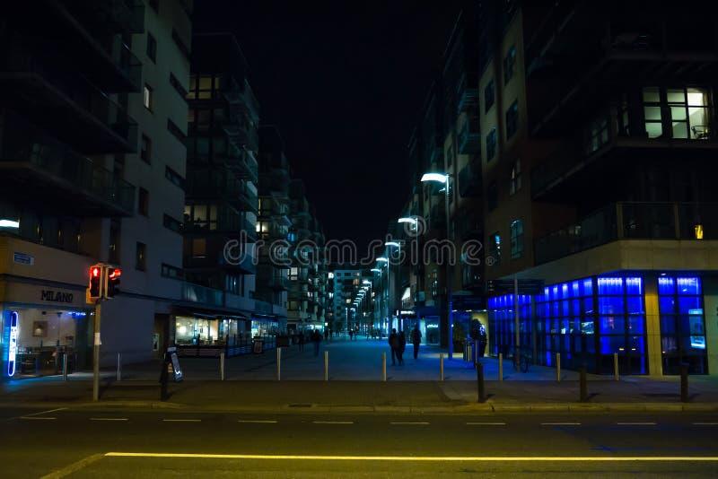 Dublin Ireland-straatscène bij nacht op docklandsgebied stock afbeelding