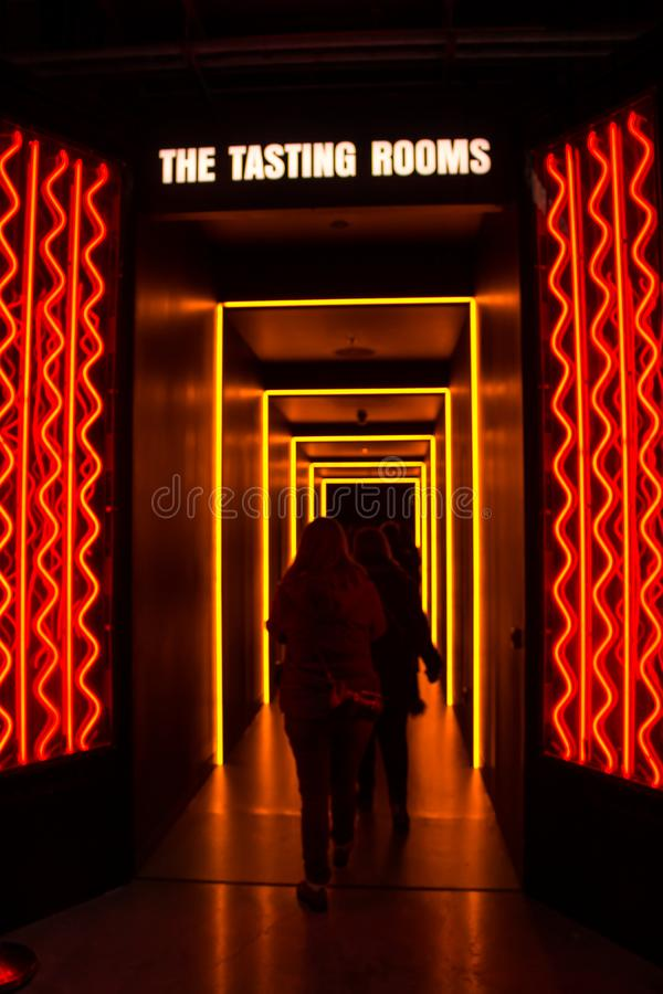 DUBLIN, IRLAND - 7. FEBRUAR 2017: Leute, welche die Probierstube innerhalb des Guinness-Lagerhauses in Dublin besichtigen stockfoto
