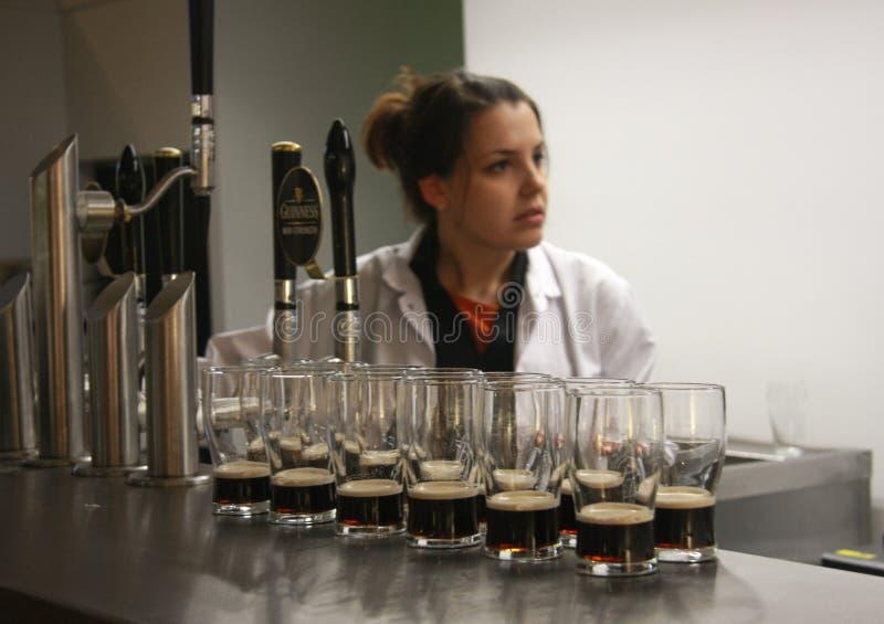Mehrfache Gläser Bier gedient für das Schmecken stockfoto