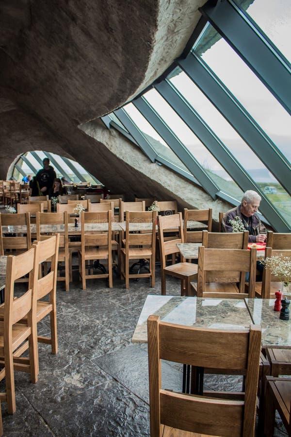 DUBLIN, IRLANDA - 17 DE FEVEREIRO DE 2017: Os penhascos de atrações de Moher Vista dentro do restaurante sob a terra fotografia de stock