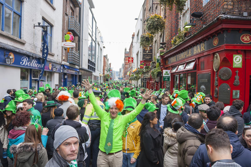 DUBLIN, IRLANDA - 17 DE MARÇO: Parada do dia de St Patrick em Dublin fotos de stock