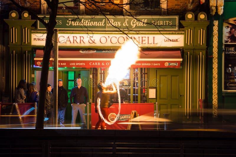 Dublin, Irlanda, em fevereiro de 2013, desempenho do respiradouro do fogo na entrada da barra fotos de stock royalty free