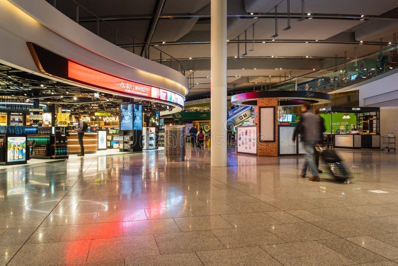 Dublin, Irlanda, em março de 2019 terminal de aeroporto 2 de Dublin, povos está apressando-se para seus voos foto de stock
