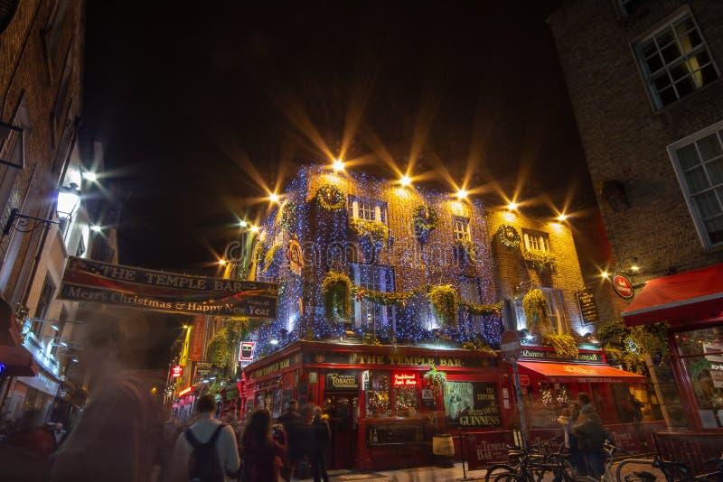 DUBLIN, IRLANDE - 1ER JANVIER 2017 : Vie nocturne à la partie historique populaire de la ville - quart de barre de temple Le sect photos libres de droits
