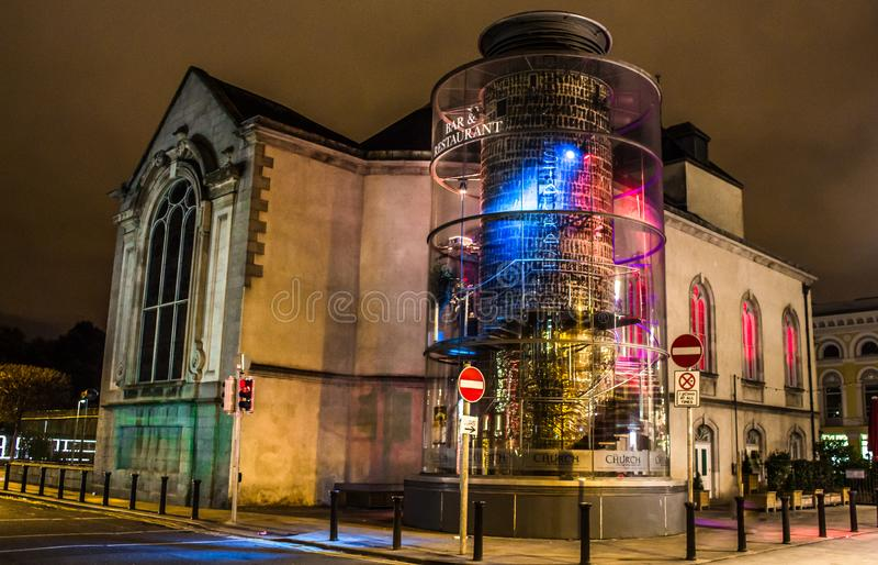 DUBLIN, IRLANDE - 17 FÉVRIER 2017 : La barre et le restaurant de Chuch la nuit Situé dans le coeur de Dublin photos libres de droits