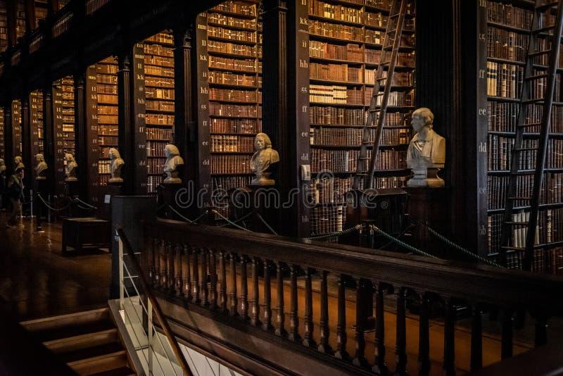 DUBLIN, IRLANDIA, 21 GRUDNIA 2018 R.: Długi pokój w bibliotece Trinity College, dom do książki Kells Widok perspektywy fotografia stock