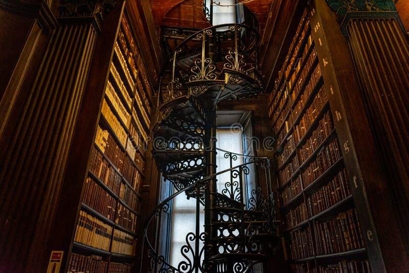 DUBLIN, IRLANDIA, 21 GRUDNIA 2018 R.: Wspaniałe schody spiralne w 'Long Room in the Trinity College Library', w domu książki zdjęcie stock