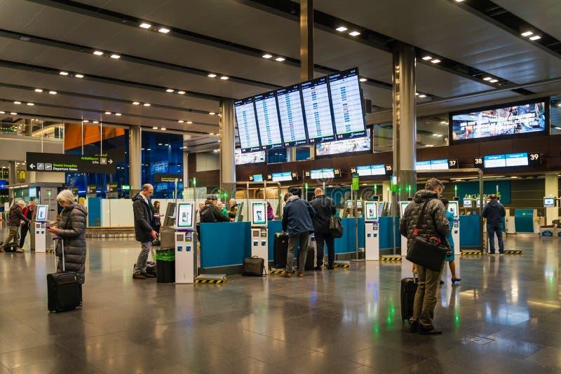 Dublin, Irlandia, Marzec 2019 Dublin lotniskowi śmiertelnie 2, ludzie sprawdza wewnątrz dla ich lotów obraz stock