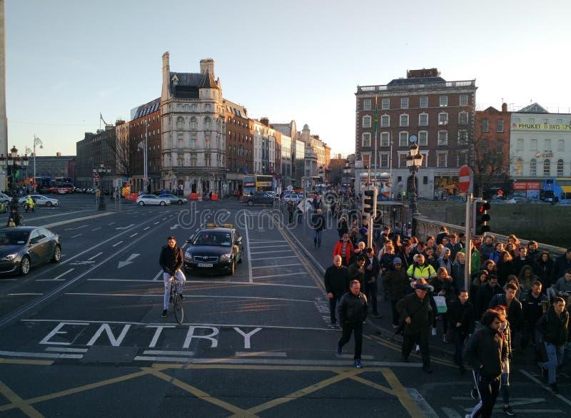 Dublin Irlandia, Styczeń, - 20 2017: Ludzie krzyżuje przy skrzyżowaniem zdjęcia royalty free